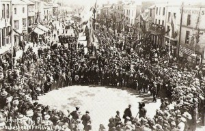 Bridge Street crowded with people for the Birthday celebrations in 1912, taken from the Market House